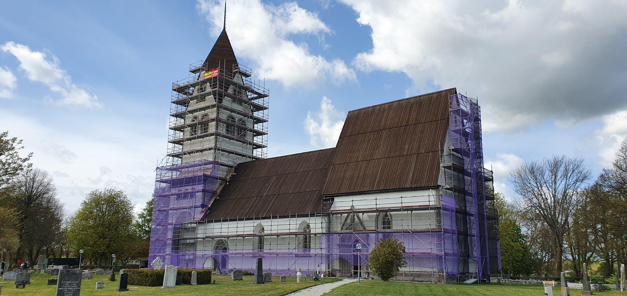 Vi har fått i uppdrag att restaurerar Burs Kyrka och nu är vi i full gång både... 2