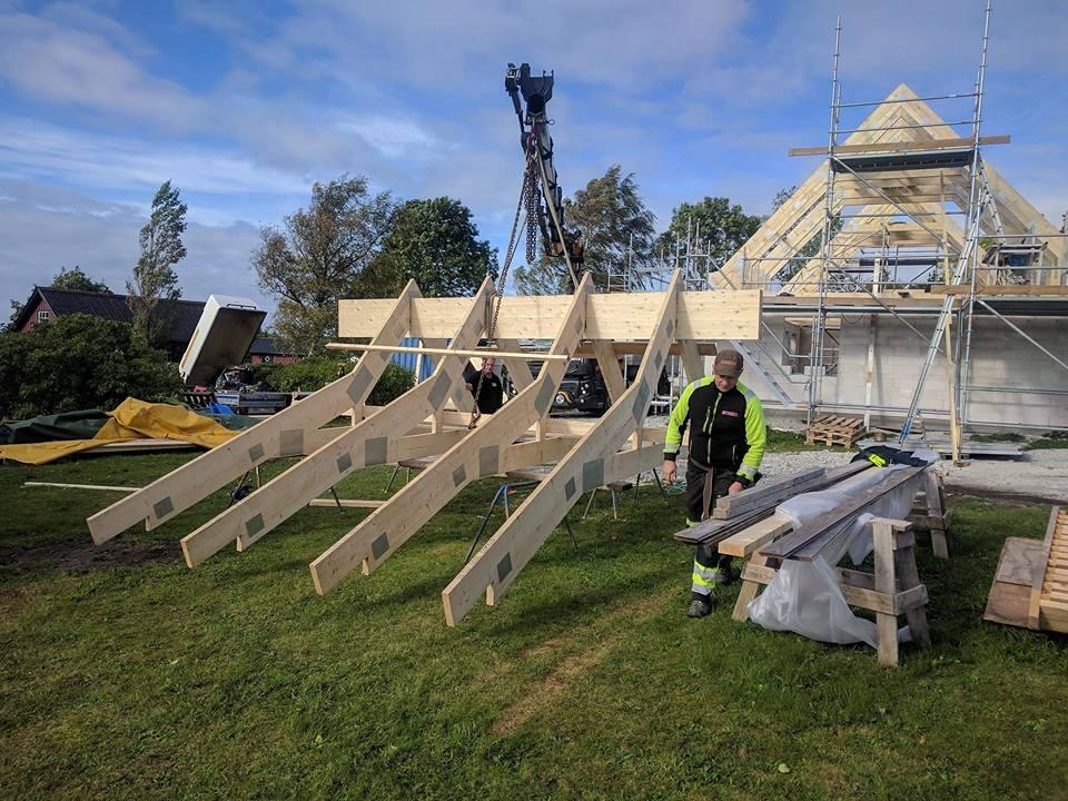 Idag har Roland Simander och Stefan monterat takstolar ihop med Brucesson's gr... 2
