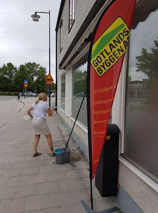 Idag putsar vi fönster inför midsommar på huvudkontoret i Hemse. Glad midsomm... 1