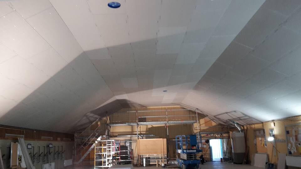 Skyttehallen i Visby renoveras för fullt idag blev Grabbarna klara med taket. ... 1
