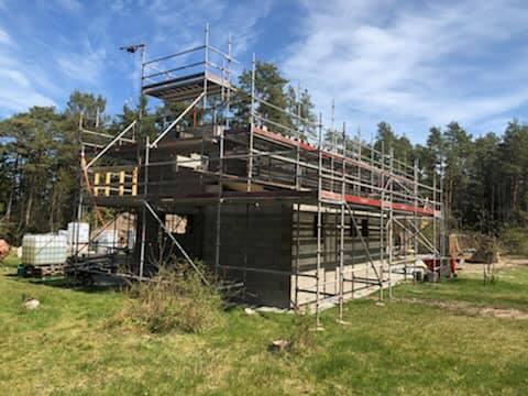 Villaprojektet i Ängmans pågår för fullt. Snart är taket oxå på plats 1