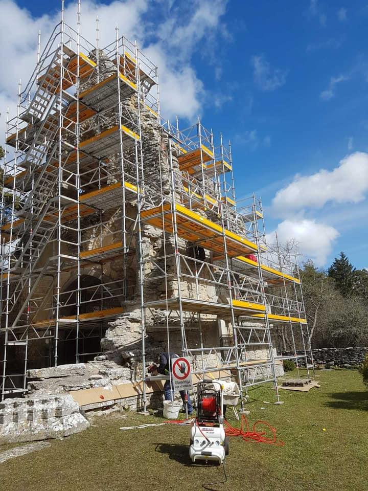 Gotlandsbyggen har fått äran att restaurera fantastiska Bara ödekyrka. Sedan 2 v... 2