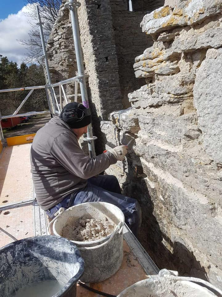 Gotlandsbyggen har fått äran att restaurera fantastiska Bara ödekyrka. Sedan 2 v... 3